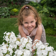 photo d'une petite fille avec des fleurs blanches