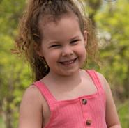 portrait d'une petite fille souriante à l'extérieur