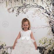 petite princesse en robe blanche