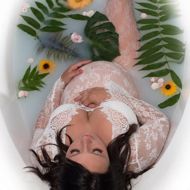 future maman dans un bain de lait