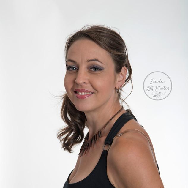 portrait corporatif d'une femme sur fond blanc