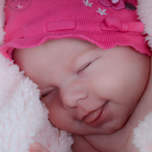 petite fille d'une semaine sourit