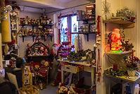 Gårdbutik med mange spændede ting. Julepynt, nisser og juledekorationer