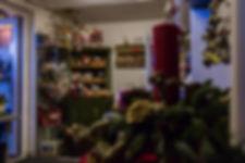 Gårdbutik med julepynt, nisser og andre julesager