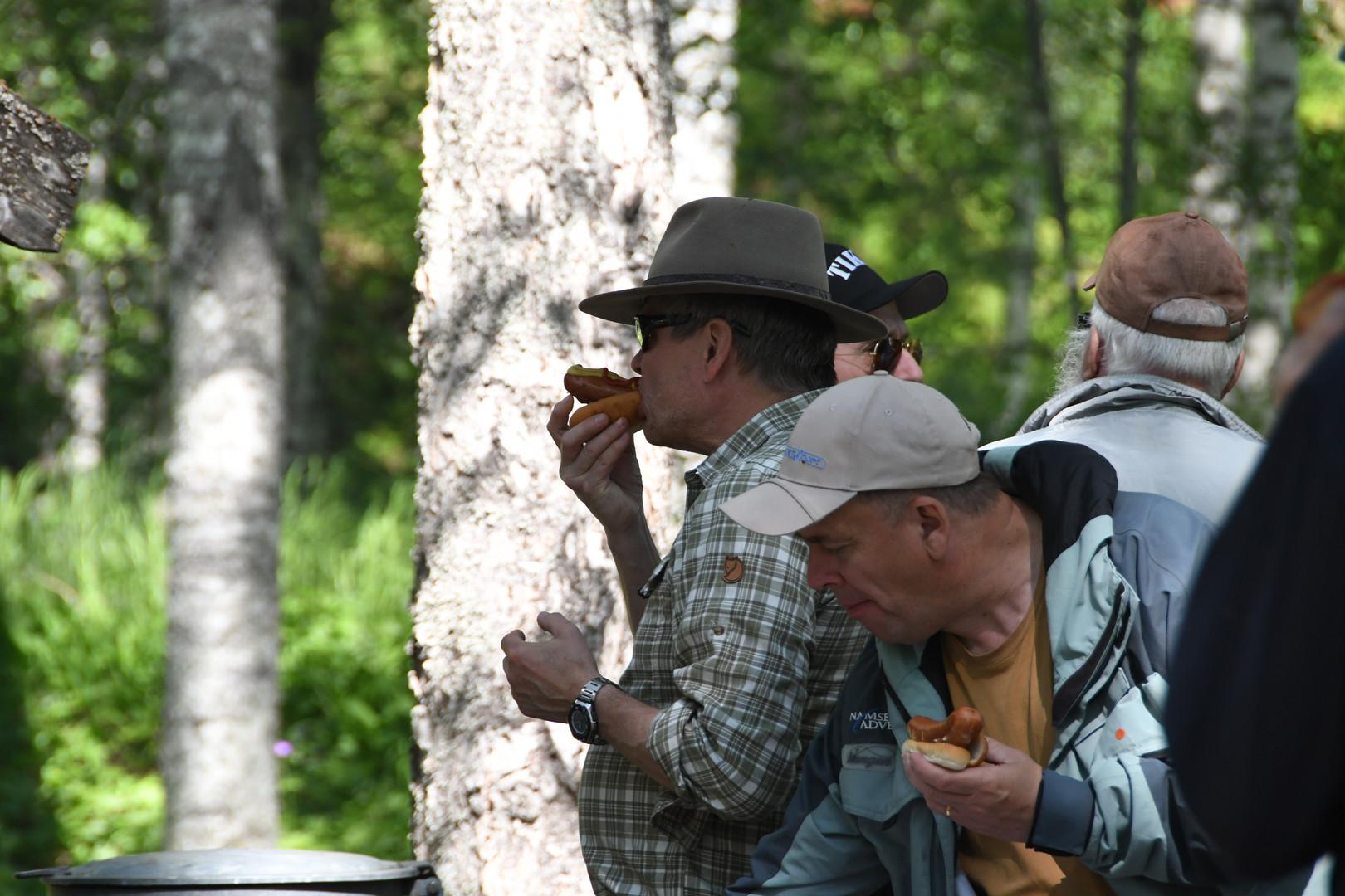 Det bjöds på fina grillkorvar från Lögdeälvens FVO