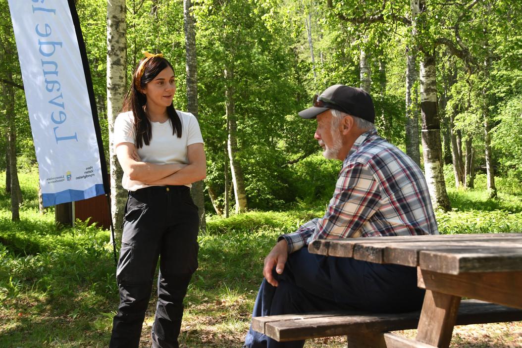 Projektmedarbetare Johanna pratar med en utav deltagarna på laxens dag