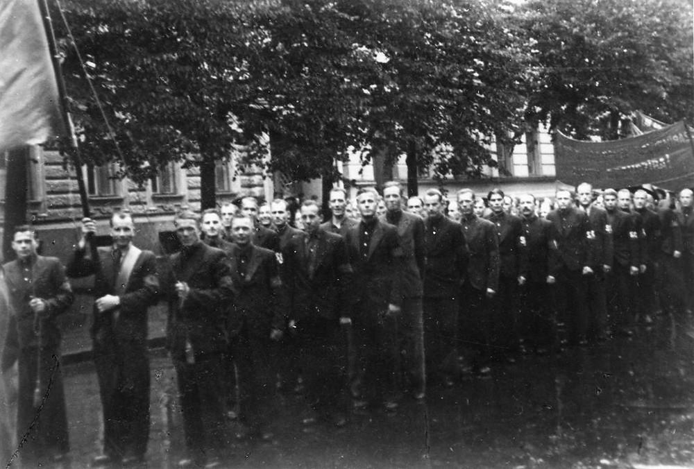 Осень 1940 г. На рукавах повязка SG (Strādnieku Gvarde).