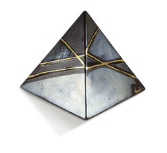 piramide metallo.jpg