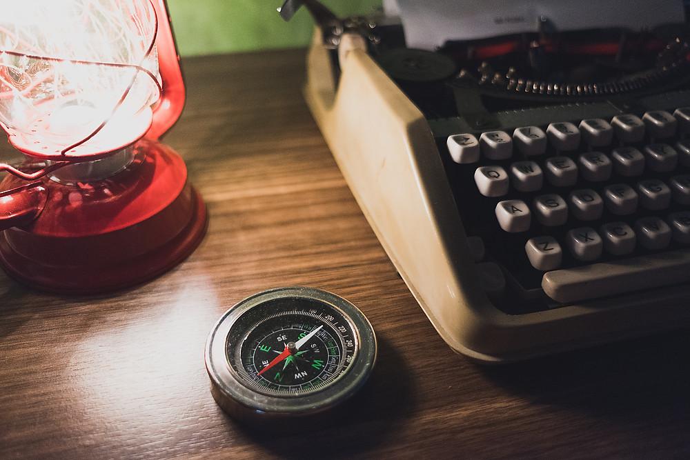 Brújula y maquina de escribir con lámpara