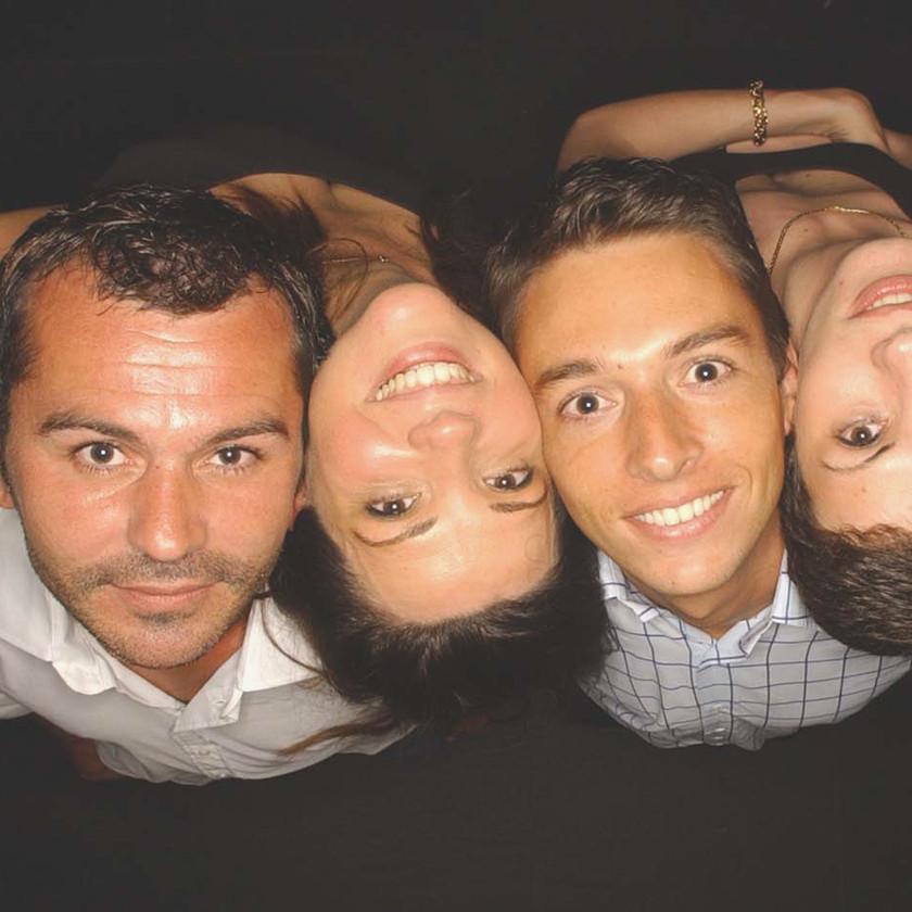 premiere soirée du studio photo l'Œil du Plafond  avce l'agence gilbert desveaux production a paris. quatre personnes tete en arrière et en quinquonce