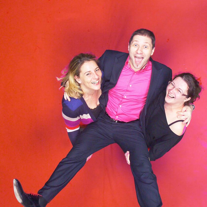 studio photo d'animation l'Œil du Plafond sur fons rouge deux filles porte un garçon