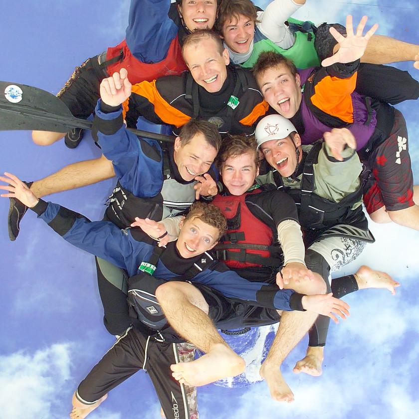 studio photo d'animation l'Œil du Plafond  sur ciel bleu groupe de kaiakistes pour la journée du handicap edf à Lille