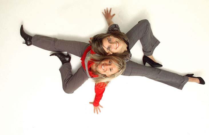 studio photo de l'Œil du Plafond sur fond blanc, deux personnes assises dos a dos tete en arrière souriantes