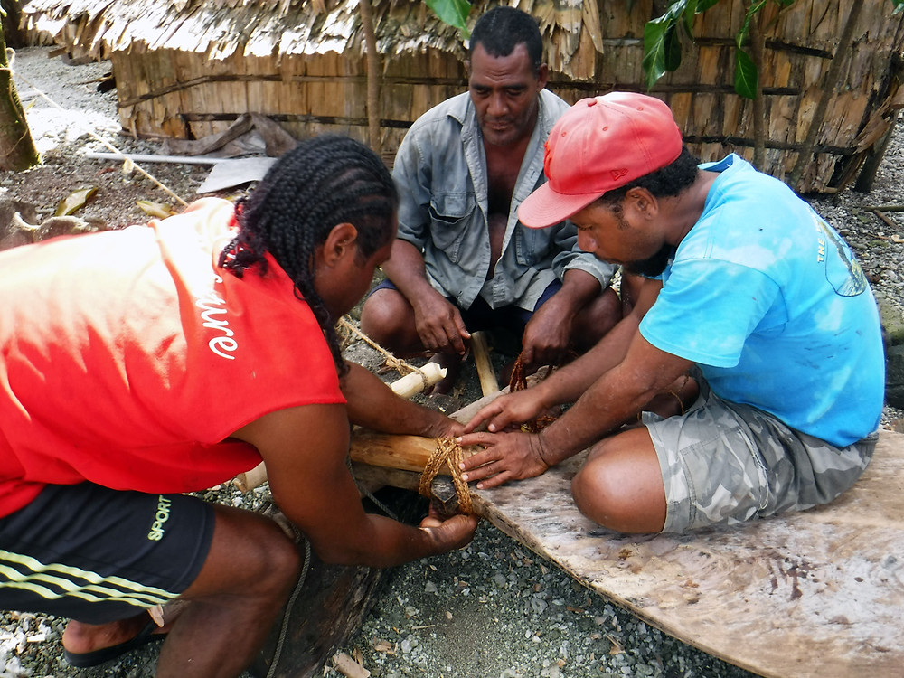 Vaka Valo members help lash the massive Foe Ama (steering paddle). Tepuke are built entirely from locally harvested sustainable plant materials including coconut fiber, pandanus, kulu (breadfruit) sap, and a variety of local woods.