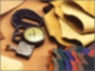 裁断された革のパーツと計測計