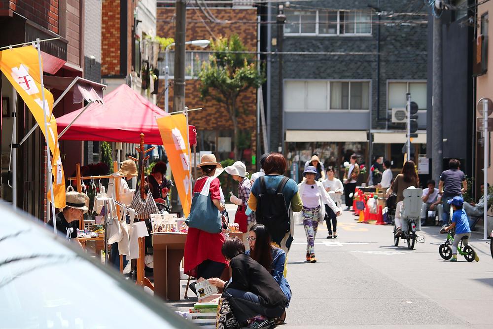 モノマチのマーケットで買い物を楽しむ人たち