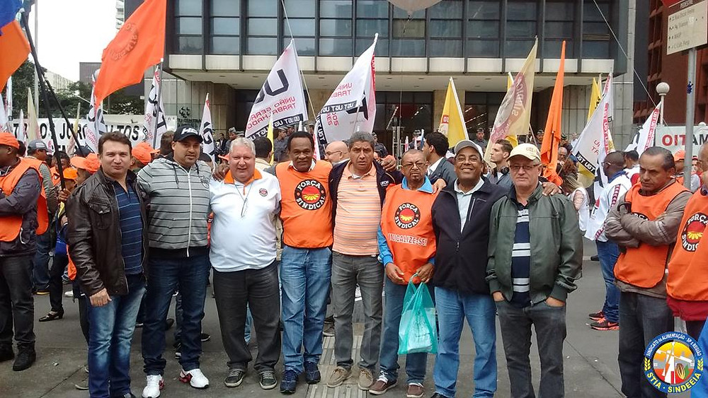 Foto de nossa participação na manifestação contra a elevação dos juros, organizada pelas centrais sindicais que aconteceu, na terça-feira (02/06) em frente ao Banco Central na Avenida Paulista.