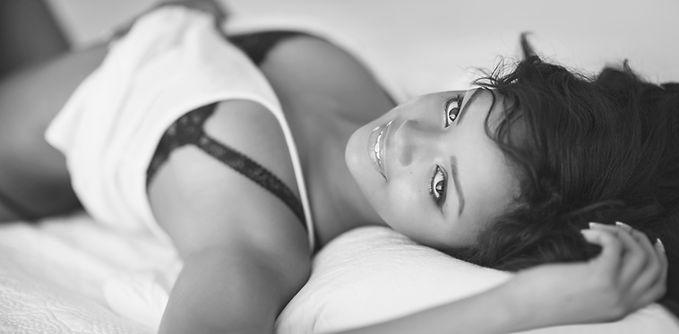 ベッドに横たわって若い女性