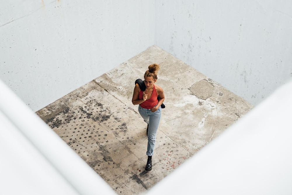 In diesem Foto bildet die Fassade einen natürlichen Rahmen für das Model. Die Textur des Bodens verschafft dem Bild einen urbanen Look. #model #fotografie #martinhain