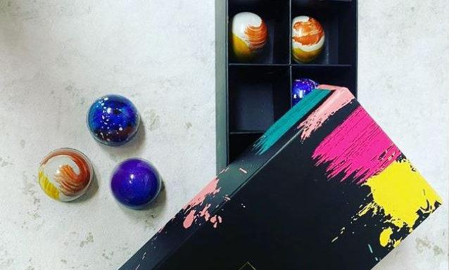 Caja de 12 Bombones finos rellenos pintados a mano