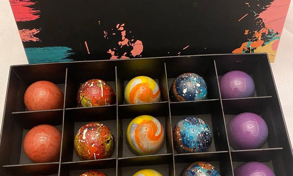 Caja de 20 Bombones finos rellenos pintados a mano
