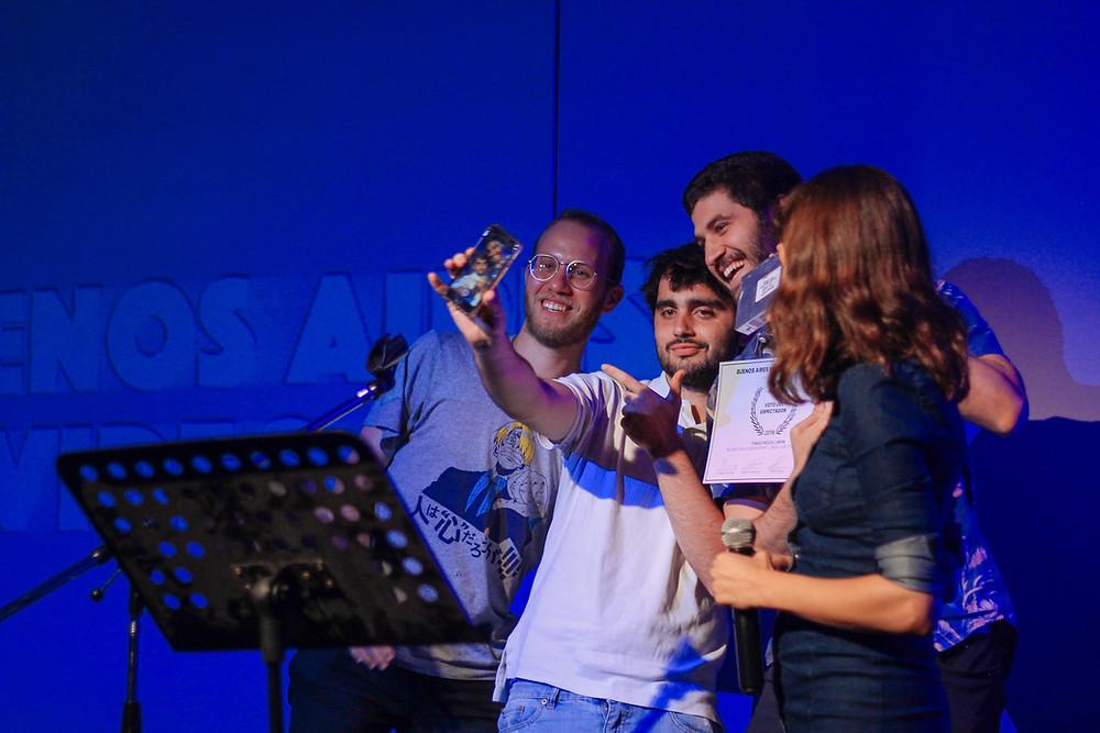 Limon y Tomas Frezza ganan y reciben Voto del Espectador en manos de Belen Asad, jurada en los BAMV FEST AWARDS del Buenos Aires Music Video Festival
