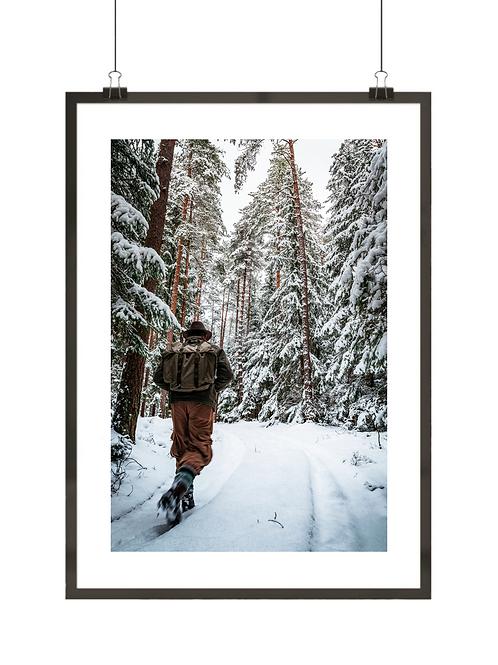 Zimowy plakat przedstawiający człowieka w górach