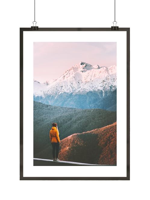 Plakat z kobietą na tle gór