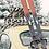 Plakat w stylu vintage ze starymi nartami opartymi o garbusa