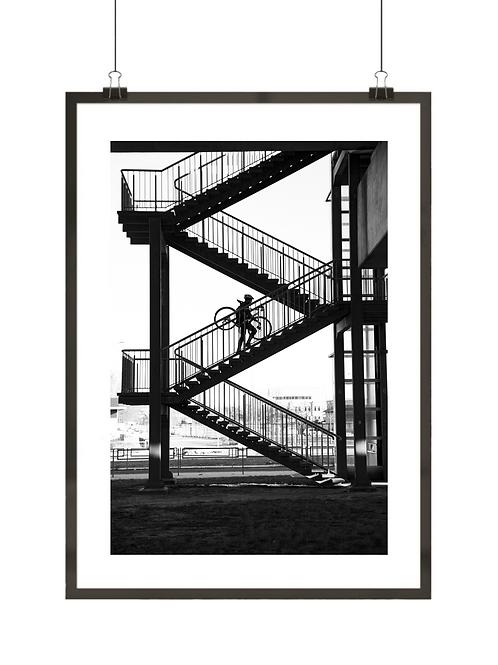 Czarno-biały rowerzysta