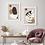 Kompozycja plakatów abstrakcyjnych na ścianie w salonie