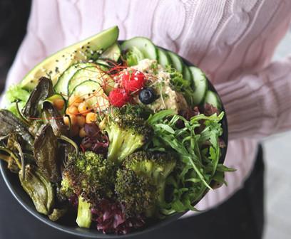 Buddha Bowl - frischer Salat, Ofengemüse, hausgemachter Hummus und frisches Gemüse und Obst