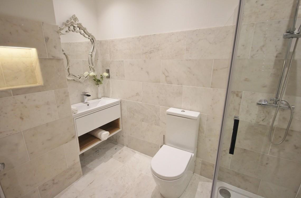 16.-Wagonway-Lodge-Main-Bathroom1-Custom-1140x750