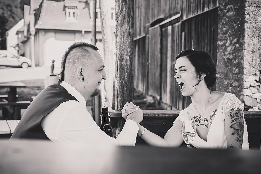 Brautpaar beim armdrücken