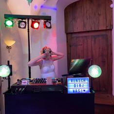 Hochzeitsbraut als DJane