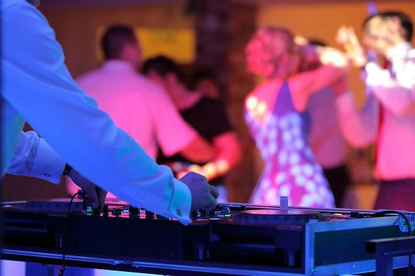 DJ Saschsen von Hinten mit Gästen während einer Party