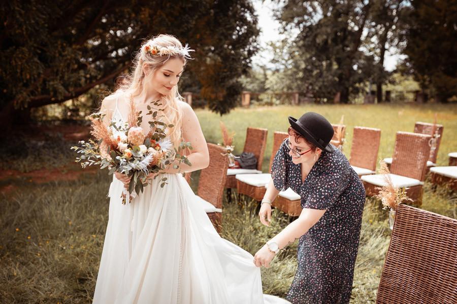 Hochzeitsplanerin Dresden mit der Braut auf einer Hochzeit