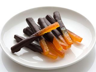 Bastones de naranja bañados al chocolate