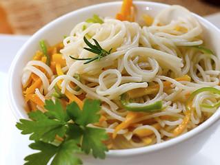 Wok de verduras salteadas con fideos de arroz