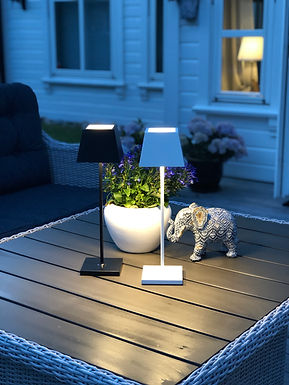 Sene sommerkvelder ute med lys på bordet