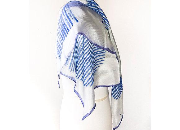 foulard 98 x 83 com fundo branco e motivos geométricos azuis