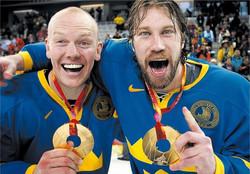 Peter Forsberg et Mats Sundin, Champion Olympique 2006.jpg