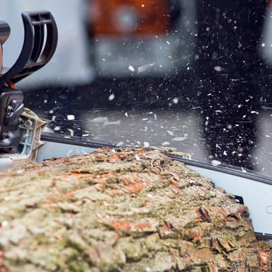 Holz schneiden.
