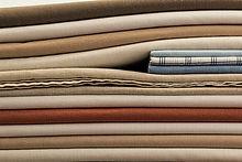 pile de linge évoquant l'upcycling utilisé pour créer nos accessoires zéro déchet