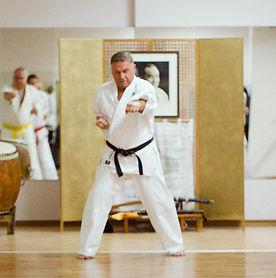 Karate für Erwachsene: Stressabbau und Selbstsicherheit