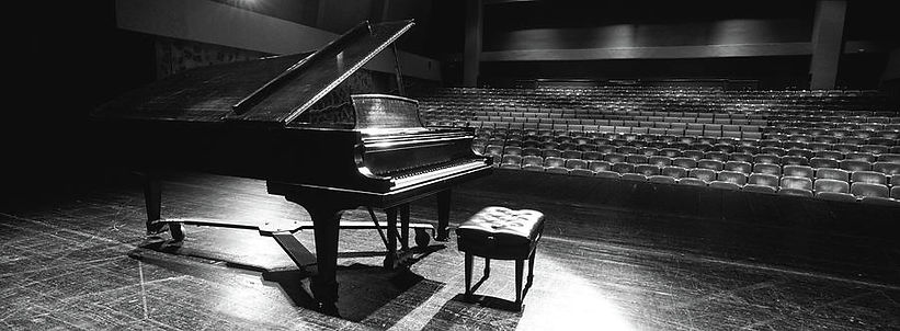 2-grand-piano-on-a-concert-hall-stage-pa
