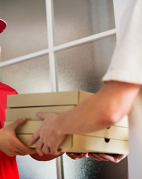 man-delivery-pizza-to-customer-PCWYLFV.j