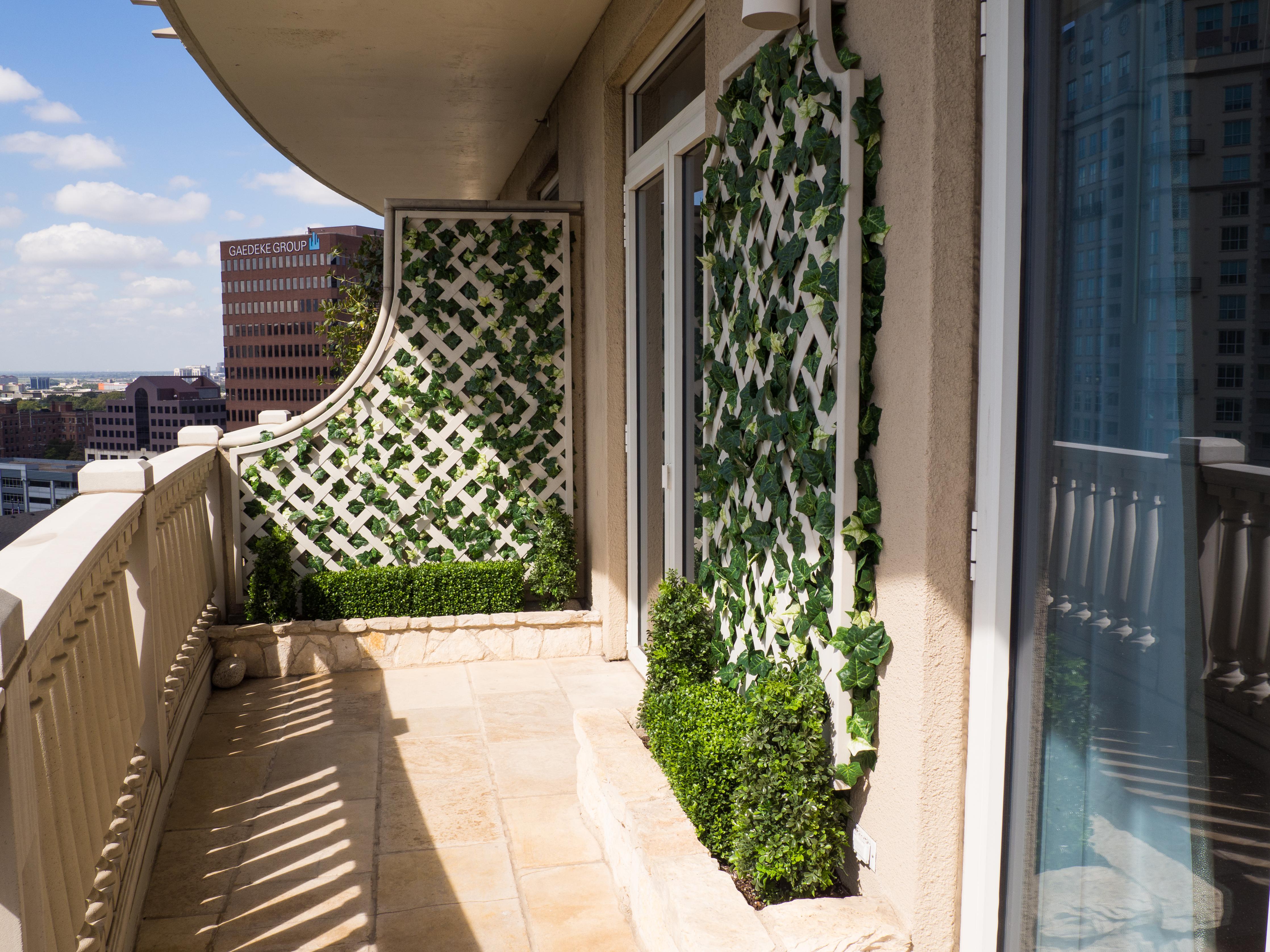 Boxwood hedges and Ivy add elegance
