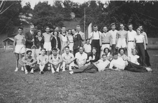 Cave Hill Group on Lawn 1935.jpg