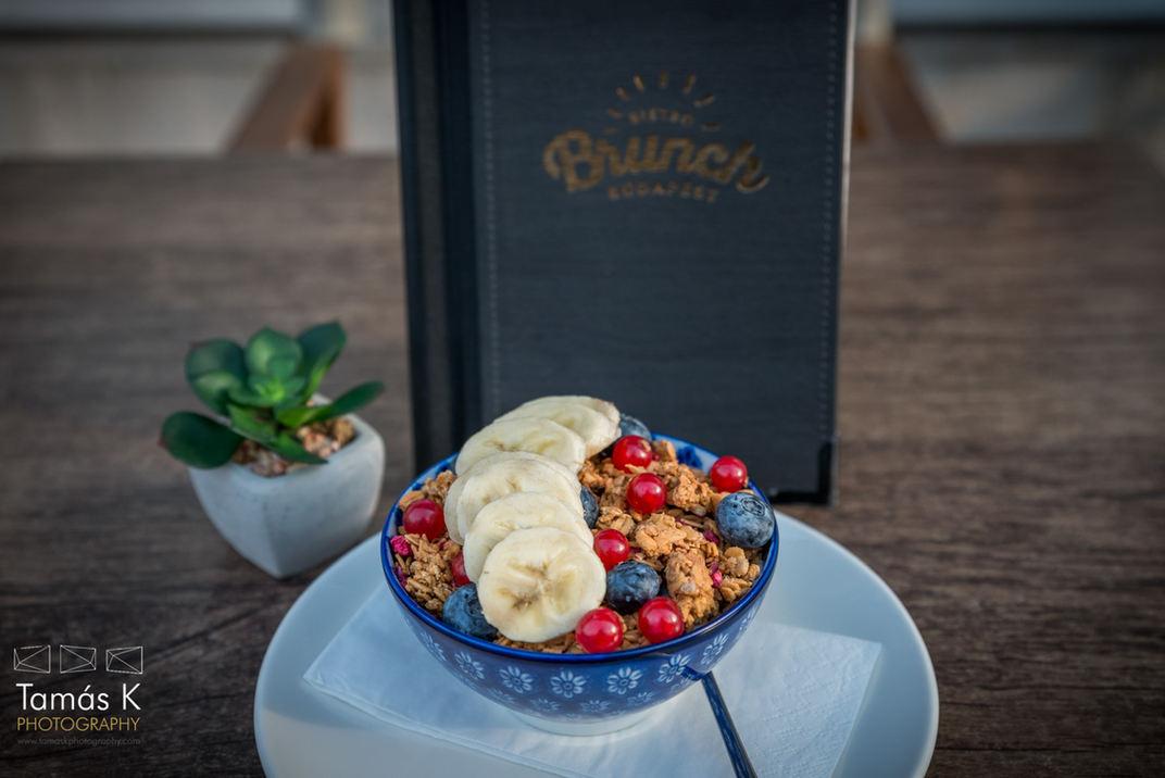 Gesundes Frühstück mit Granola und Früchten